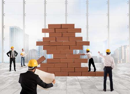 infraestructura: Equipo de arquitectos que trabajan y analizan en un proyecto de construcción de ladrillos