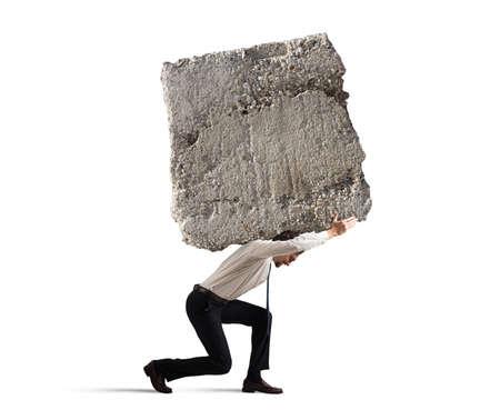 Zakenman lopen met een zware rotsblok op zijn rug