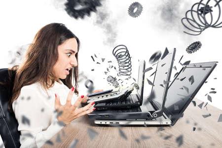 Imprenditrice con espressione preoccupata con il computer è esplosa Archivio Fotografico - 64803662