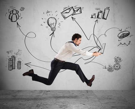 조직: 사업가 노트북 실행하는 빠른 비즈니스 개념