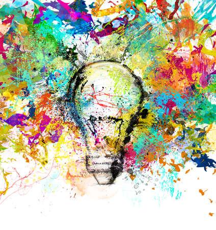 그려진와 컬러 전구 밝은 색상으로 새로운 창조적 인 아이디어의 개념