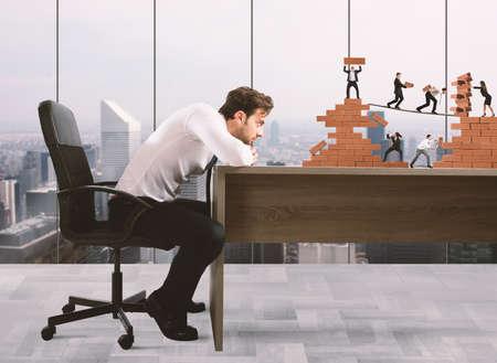 supervisión: El hombre de negocios mira un trabajo en equipo de empresarios trabajar juntos para una construcción de ladrillos