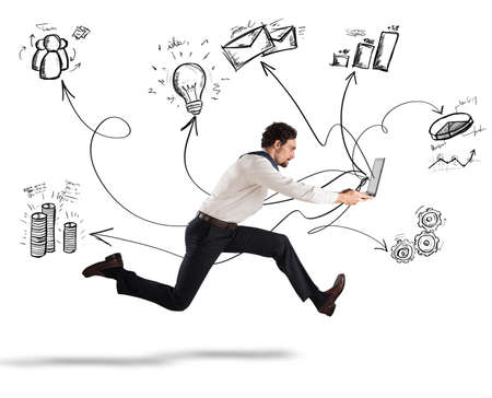 Fast zakelijk concept met zakenman lopen met een laptop