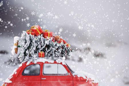 Rendering Auto 3D mit Weihnachtsbaum und Geschenken auf dem Dach Standard-Bild - 66758693