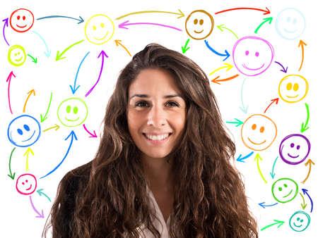 relaciones humanas: Chica con la cara sonriente con los smilies fondo conectados entre sí. concepto de chat en la red social