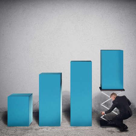 estadistica: El hombre de negocios manipula un paso de Estadística de la carga con un resorte para aumentar las ganancias. Representación 3D Foto de archivo