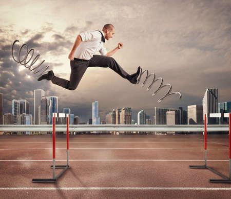 El hombre de negocios que se ejecuta rápidamente con los grandes resortes durante una carrera de obstáculos. Representación 3D. Representación 3D Foto de archivo