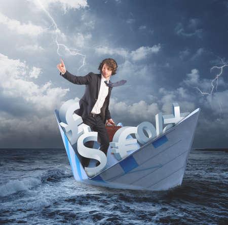 crisis economica: Hombre en un barco de papel en un mar tempestuoso. hombre de negocios confía en un futuro mejor que sale del concepto de la crisis financiera y económica