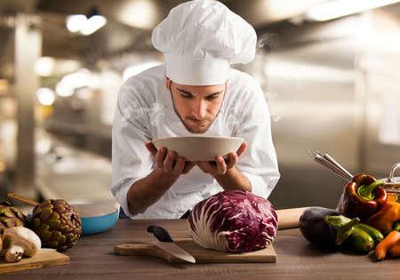 Chef ruiken de geur van een gerecht in het restaurant keuken