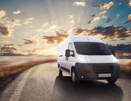 comercial: Carro en el camino en un paisaje natural. Representación 3D