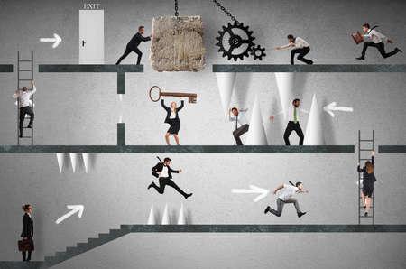 Geschäftsleute, die versuchen, ein Hindernis Weg zu machen. Karriere mit Hindernissen Konzept