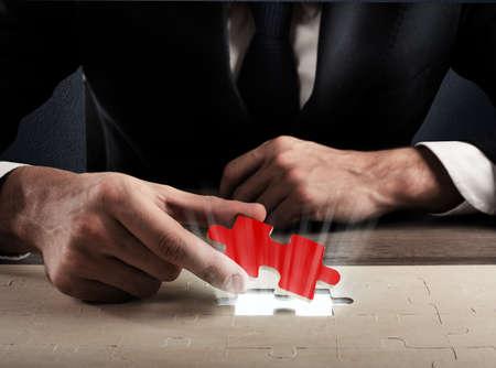 Zakenman voltooien een puzzel invoegen van een ontbrekend stuk