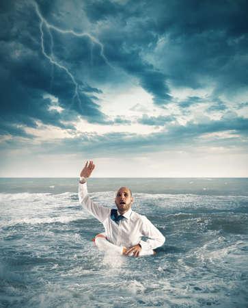 ビジネスマンの海で溺れて助けを求めて、