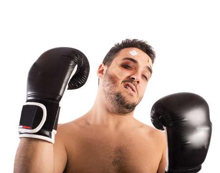Boxer avec des contusions et des pansements sur le visage