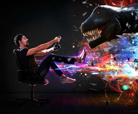 恐竜のビデオ ゲームのジョイスティックを持つ男を果たしています。