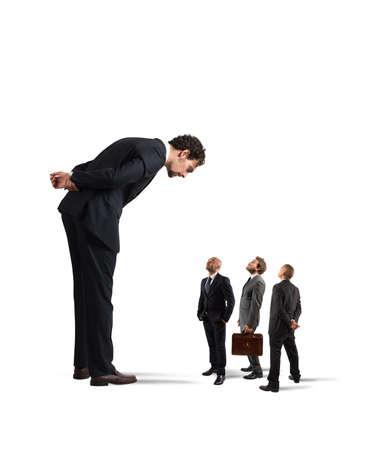 autoridad: Gran hombre de negocios que mira los pequeños comerciantes. jefe severa humilla a sus empleados