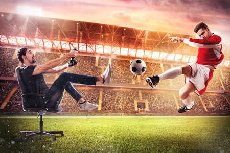 jeu: Boy avec joystick joue avec le football jeu vidéo
