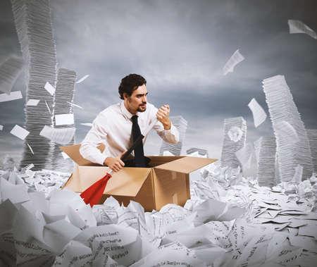 Concepto de la burocracia con el hombre de remar en un mar de hojas Foto de archivo - 66761648