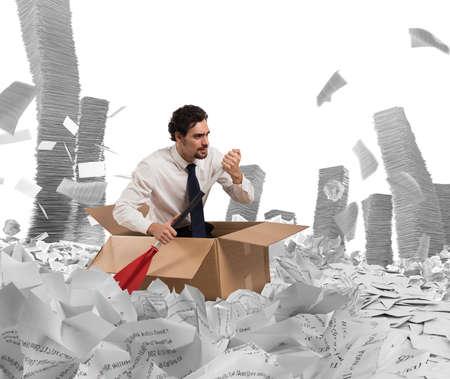 Concept van de bureaucratie met man peddelen in een zee van bladen