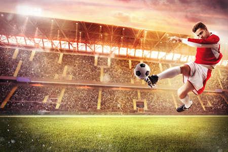 Football-speler spelen in een stadion met publiek Stockfoto