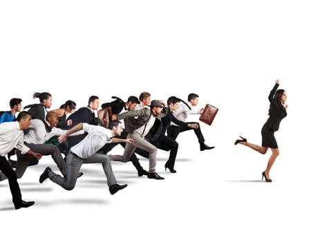 Geschäftsfrau jubelt mit Gegnern während eines Rennens zu gewinnen Standard-Bild - 66762429