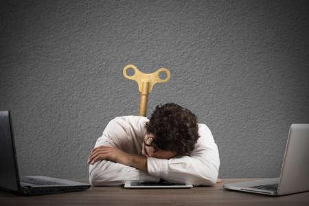 cansancio: El hombre de negocios agotado por el exceso de trabajo que duerme sobre una tableta