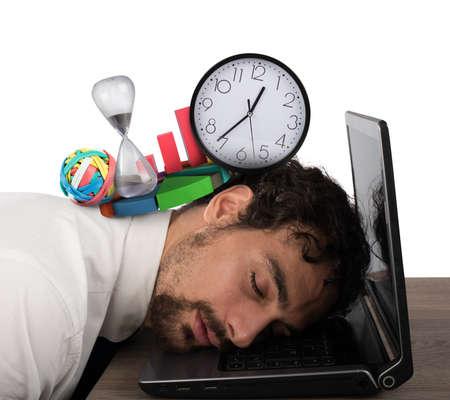 cansancio: El hombre de negocios agotado de crisis empresarial que duerme sobre la computadora Foto de archivo