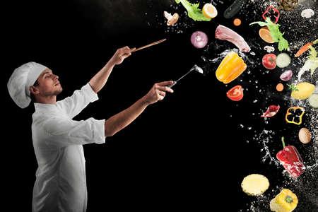 Chef-kok zorgt voor een muzikale harmonie met voedsel Stockfoto