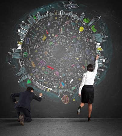 Business team het tekenen van een nieuw complex project op muur