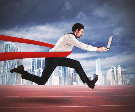 コンピューターで成功している実業家は、レースの終わり