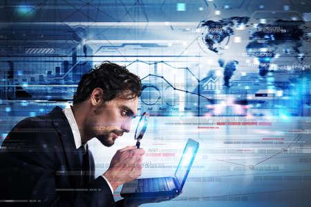 ビジネスマンの拡大を見てレンズのノート パソコンのモニター