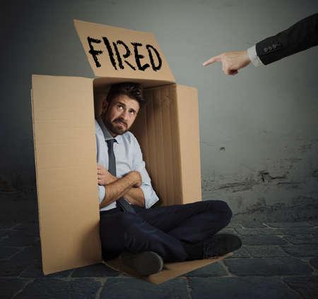 desconfianza: hombre de negocios desesperada y disparó esconde en el cartón