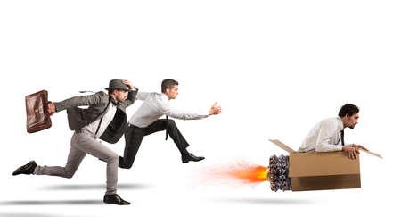 段ボールのミサイルを持ったビジネスマンを克服し、相手にレースに勝つ