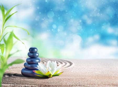 Therapie ontspannende spa behandeling met oosterse stenen op het zand