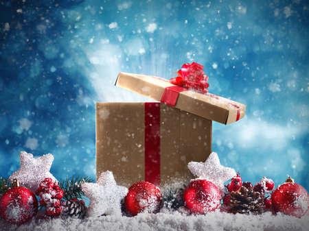 estrella de la vida: Regalo de Navidad con bolas rojas, estrellas y guirnaldas en la nieve