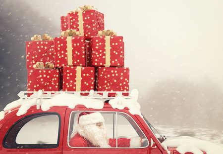 Santa Claus řídí červené auto plné vánočního daru