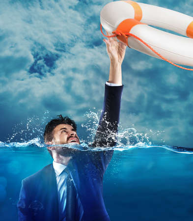 derrumbe: Salvavidas puso en marcha un hombre que se ahoga en el mar