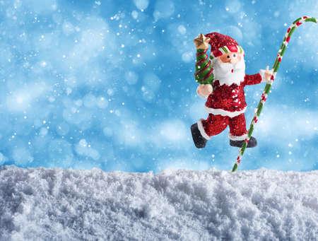 marioneta: marioneta linda de Santa Claus desea Feliz Navidad en la nieve