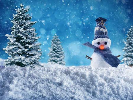 Netter Schneemann mit Hut und Schal wünscht frohe Weihnachten auf dem Schnee Standard-Bild