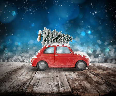 Christmas tree on the roof of a car on wooden floor. Xmas holiday travel concept. 3D rendering Standard-Bild