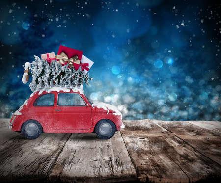 Vánoční stromeček a dárky na střeše auta na dřevěné podlaze. Vánoční koncept cestování na dovolenou. 3D rendering