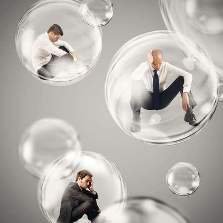 derrumbe: hombres de negocios tristes moscas en un burbujas. aislarse dentro de un desprendimiento de burbujas del concepto mundo exterior