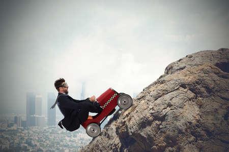 ビジネスマンは、小型車で山を登る。困難なキャリア概念