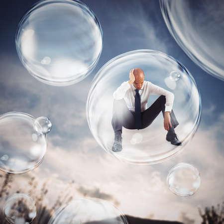 悲しいビジネスマンは、バブルで飛ぶ。外の世界の概念から気泡離脱中に自分を分離します。