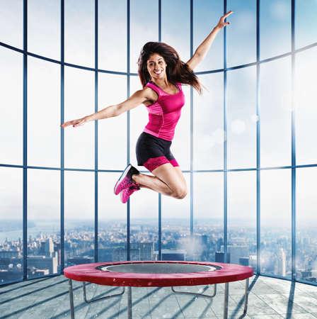 Salto profesor de la aptitud en el moderno gimnasio Foto de archivo - 69025667