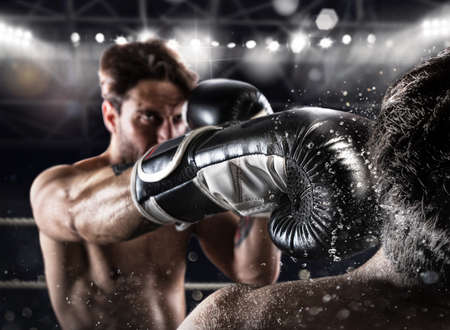 Boxer in un concorso boxe batte il suo avversario Archivio Fotografico