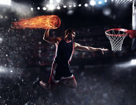 バスケット選手がスタジアムで火の玉をスローします。