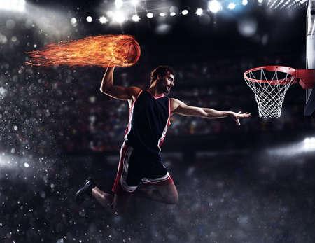 jugador de la cesta lanza la bola de fuego en el estadio