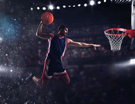 バスケット選手がスタジアムでボールを投げる