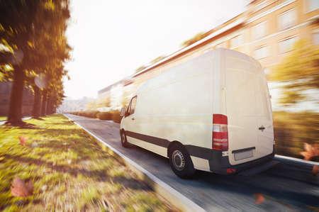 도시에 트럭 배달. 3D 렌더링 스톡 콘텐츠